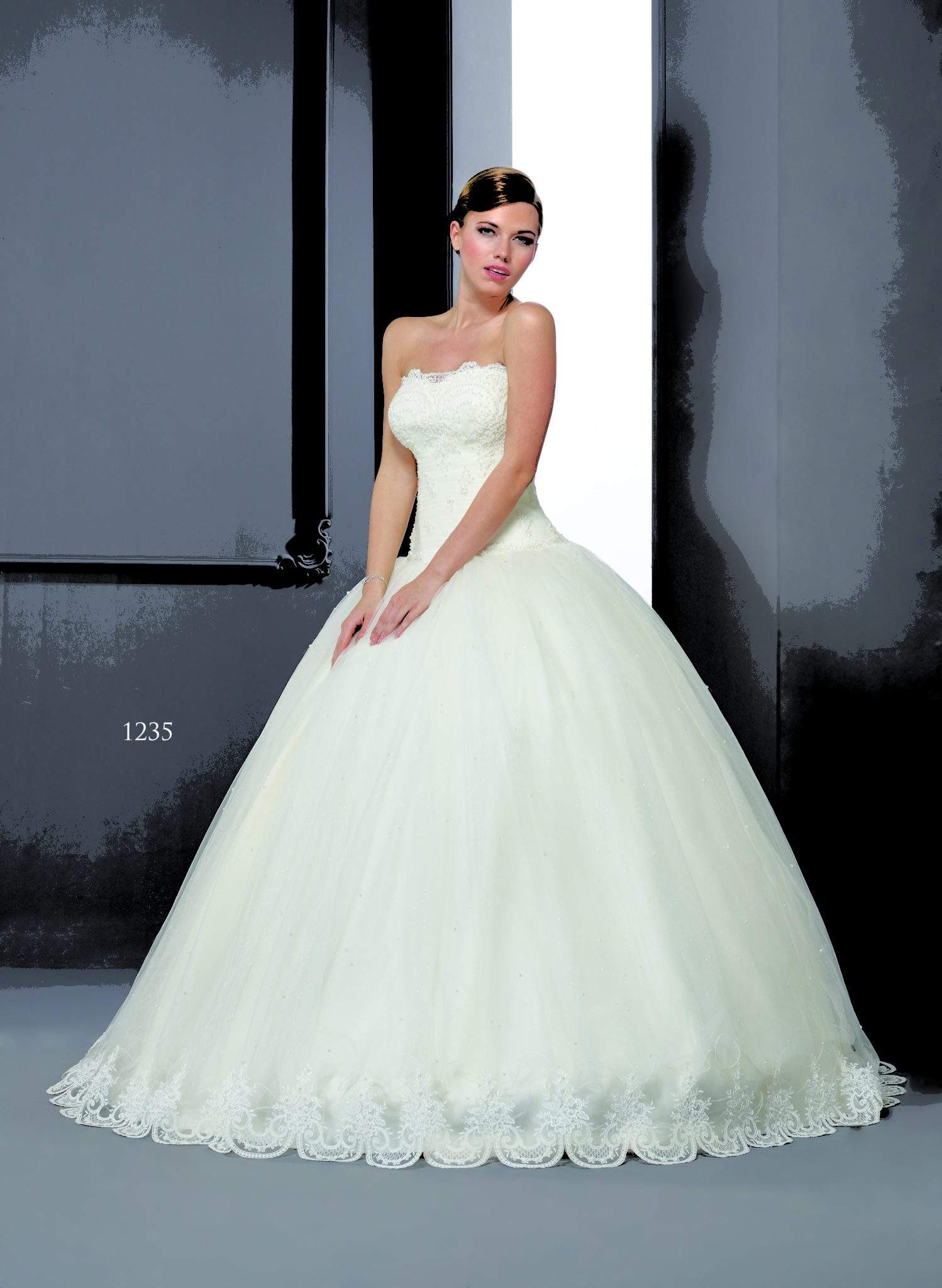 Lace Wedding Dresses With Scalloped Hem