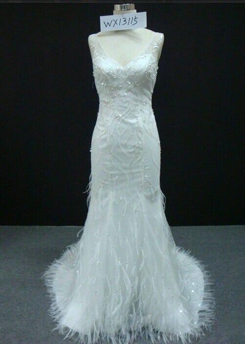 Weißes Designer Brautkleid mit Federn von Darius