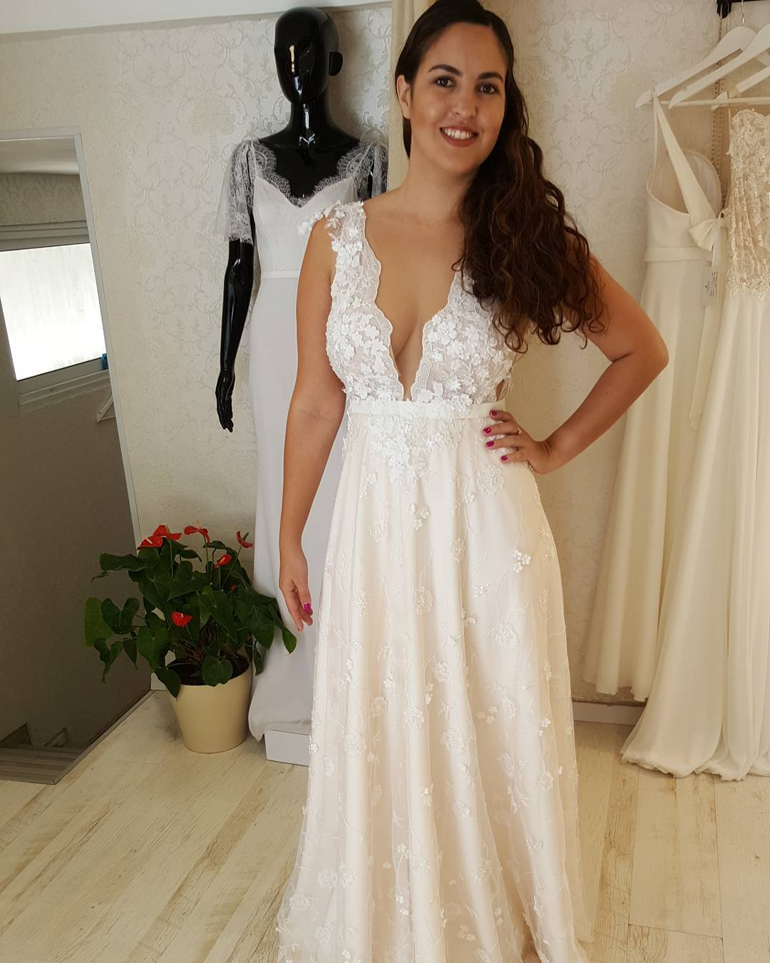 fcc2 - Deep v-neck wedding gowns for curvy plus size brides ...